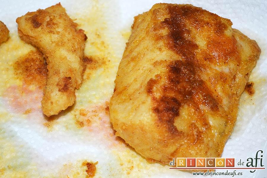 Bacalao rebozado con pimentón, poner sobre papel absorbente para retirar el exceso de aceite