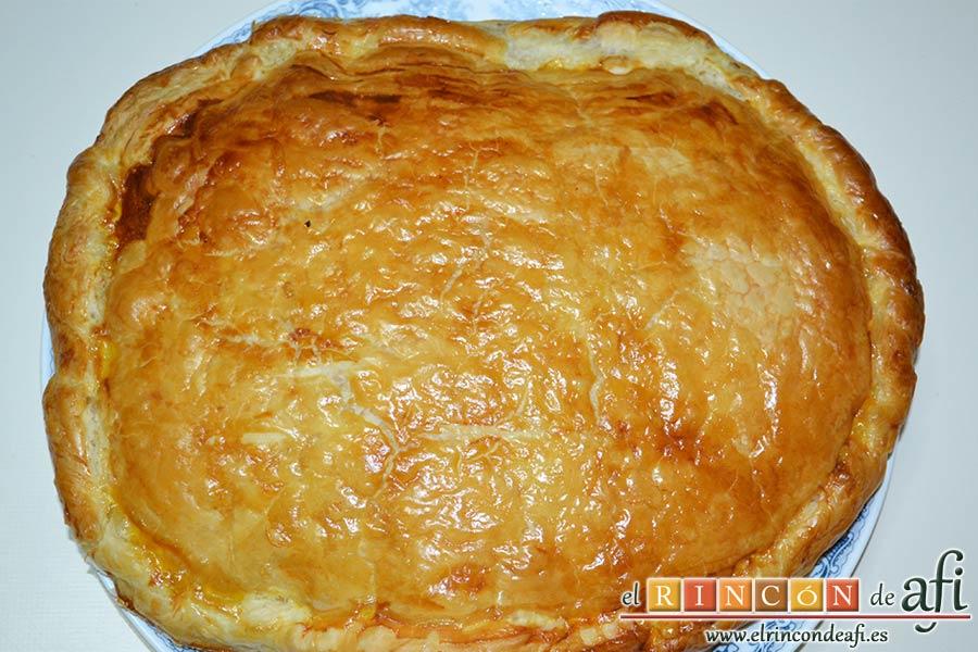 Empanada de crema pastelera o Bugatsa, pasarla a una bandeja