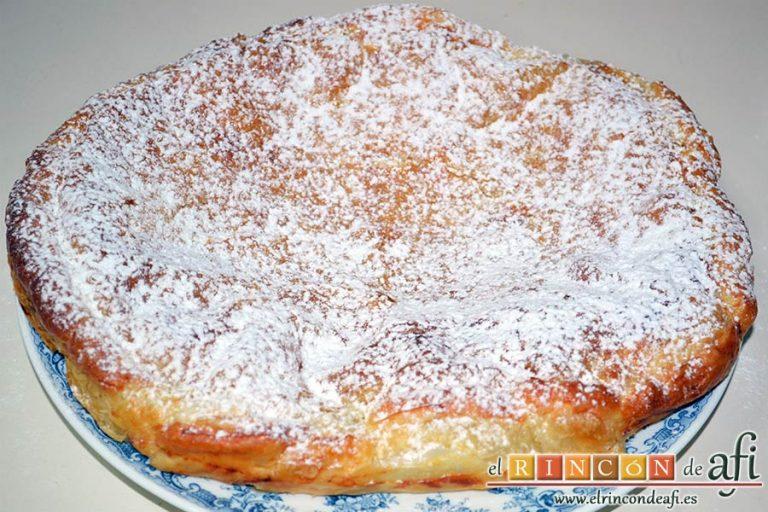 Empanada de crema pastelera o Bugatsa, espolvorear con azúcar glass