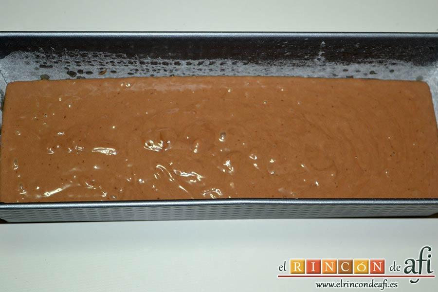 Pastel de chocolate y queso crema, verter la masa en el molde