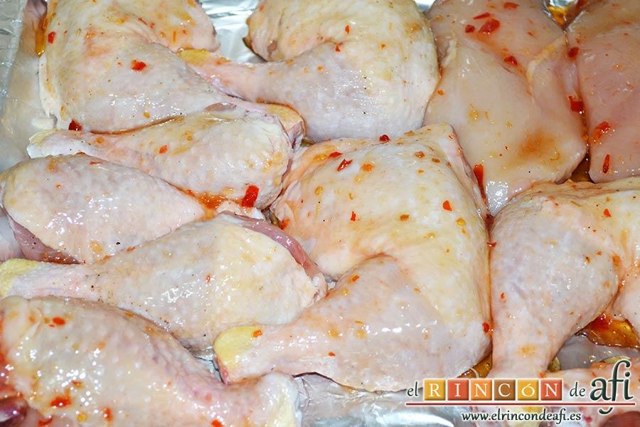 Pollo al horno con salsa de chile dulce y miel, colocar también el resto del pollo salpimentado y pintado con las salsas