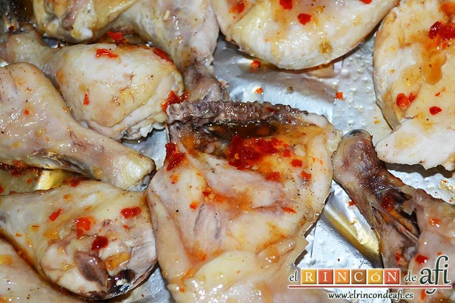 Pollo al horno con salsa de chile dulce y miel, tras dorar dar la vuelta al pollo y volver a pintar con las salsas