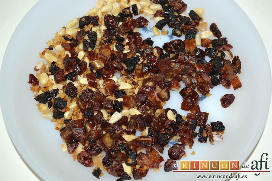 Pollo al horno con salsa de chile dulce y miel, trocear los frutos secos