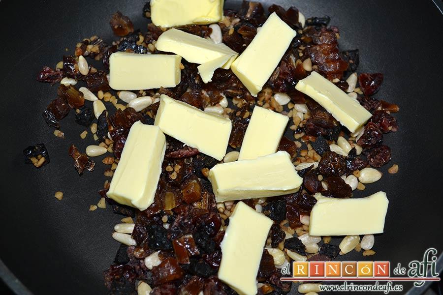 Pollo al horno con salsa de chile dulce y miel, ponerlos en una sartén con la mantequilla cortada en trozos