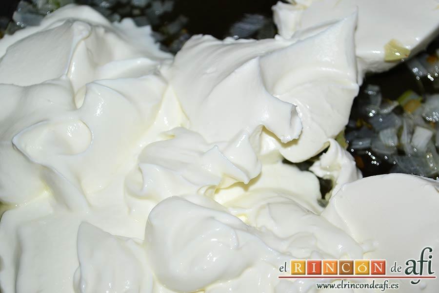 Tagliatelle con salsa de queso y salmón ahumado, una vez pochada le añadimos los dos yogures griegos naturales y 150 gramos de queso crema
