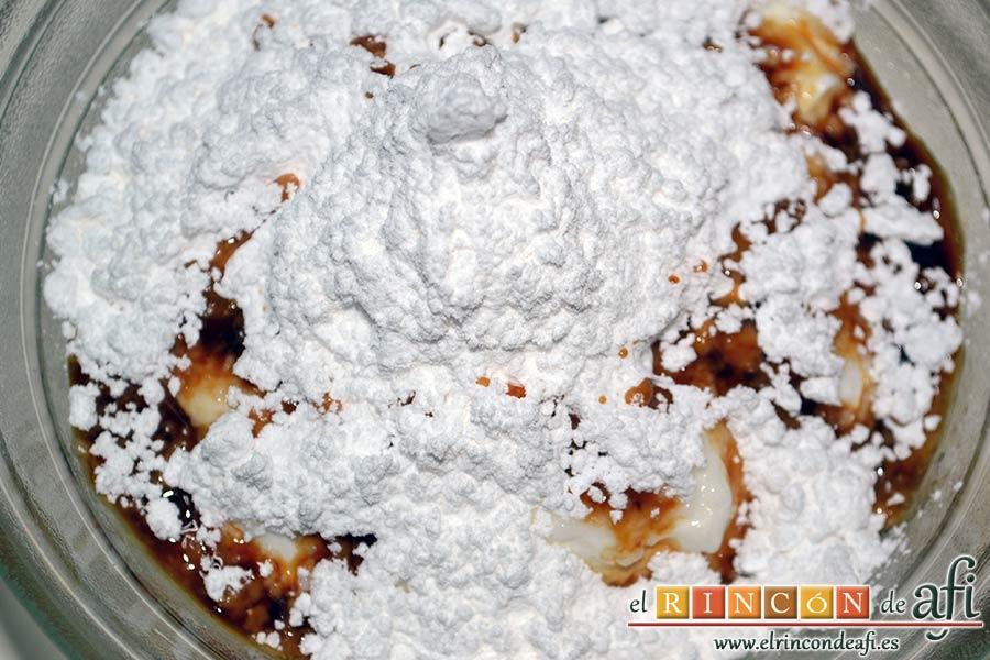 Tiramisú de fresas y amaretti, en un bol colocamos los dos yogures, el queso mascarpone, el azúcar glas y la media cucharadita de extracto de vainilla