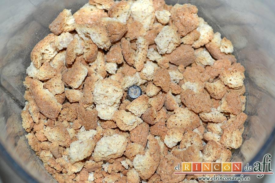 Tiramisú de fresas y amaretti, poner en el vaso de una picadora las galletas amaretti y triturar