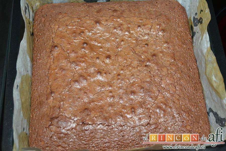 Brownie de tres ingredientes, hornear y dejar enfriar
