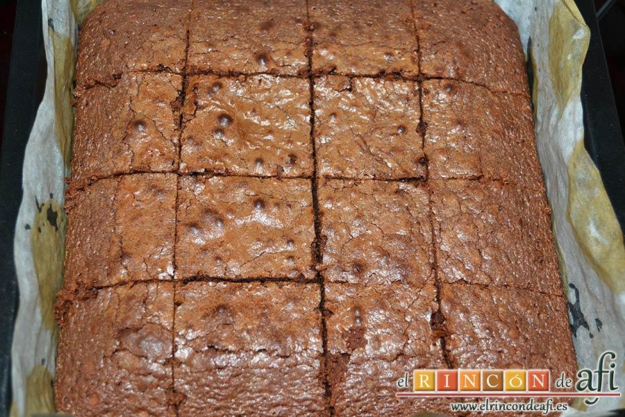 Brownie de tres ingredientes, cortar en porciones cuadradas
