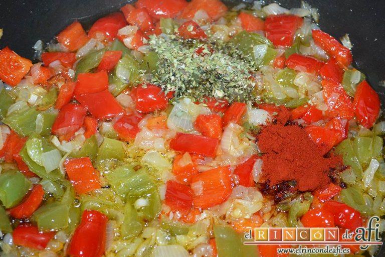 Empanada de atún, añadirle al sofrito el pimentón y el orégano