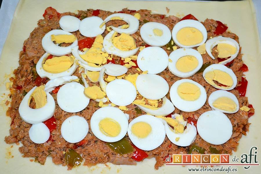 Empanada de atún, cubrir el sofrito con láminas de huevo sancochado
