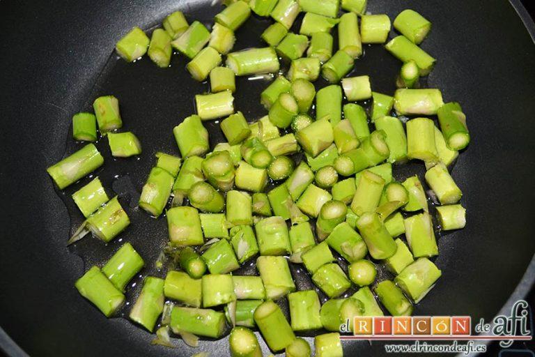 Revuelto de trigueros con langostinos y carabineros, poner los espárragos en una sartén con un poco de aceite de oliva