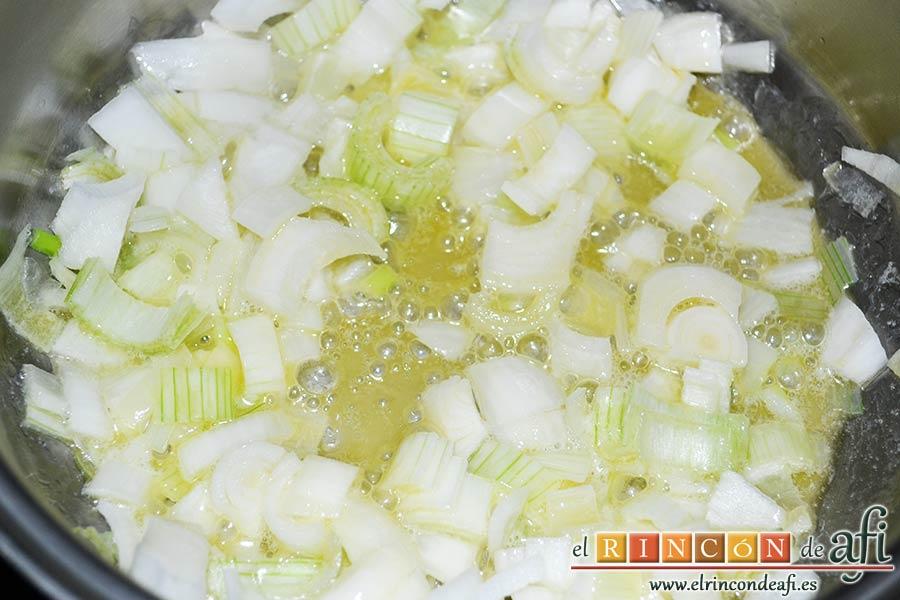 Rollitos de acelga, quesos y piñones, añadir la cebolleta troceada