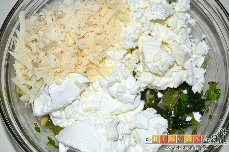 Rollitos de acelga, quesos y piñones, añadimos los tres quesos, Parmesano, Feta y Ricotta