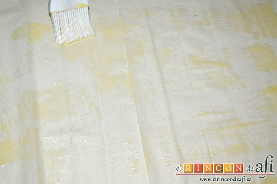 Rollitos de acelga, quesos y piñones, forrar una bandeja de horno, poner una hoja de pasta filo y pintarla con mantequilla derretida