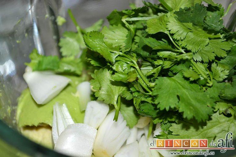 Salmorejo de aguacate, agregar la cebolleta troceada y el cilantro