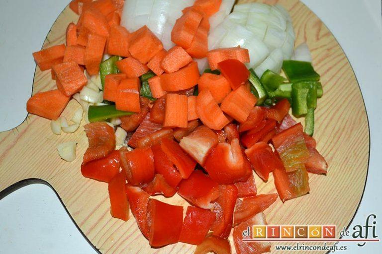 Taquitos de cerdo en salsa agridulce, trocear las verduras
