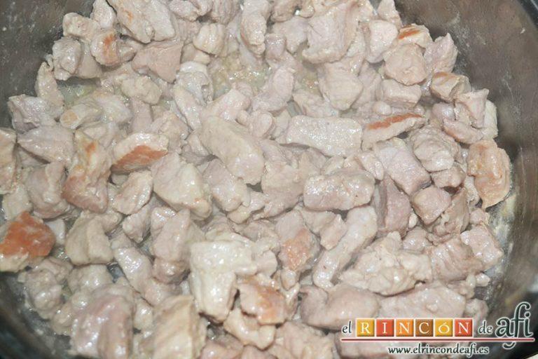 Taquitos de cerdo en salsa agridulce, remover la carne para que se dore por todos lados