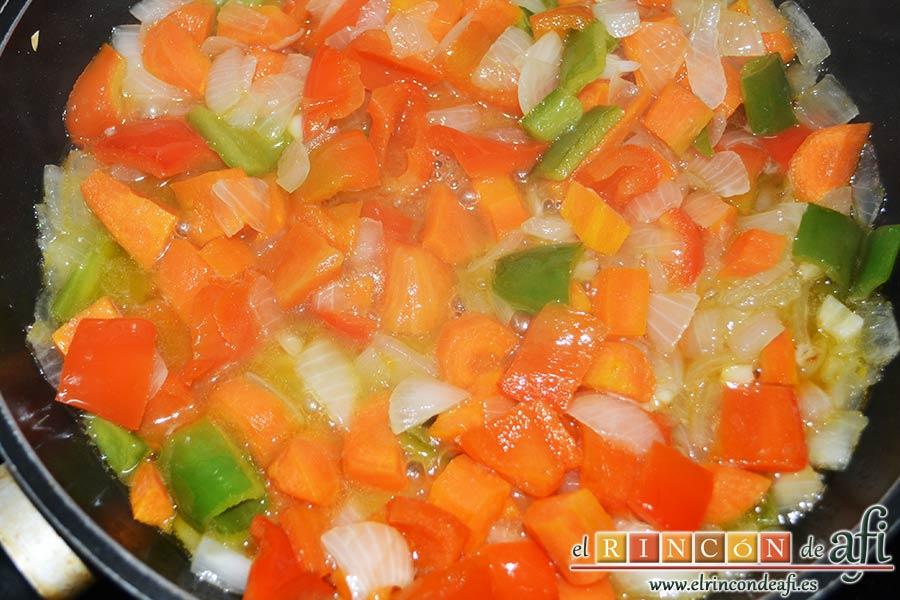 Taquitos de cerdo en salsa agridulce, añadir el jugo de la piña