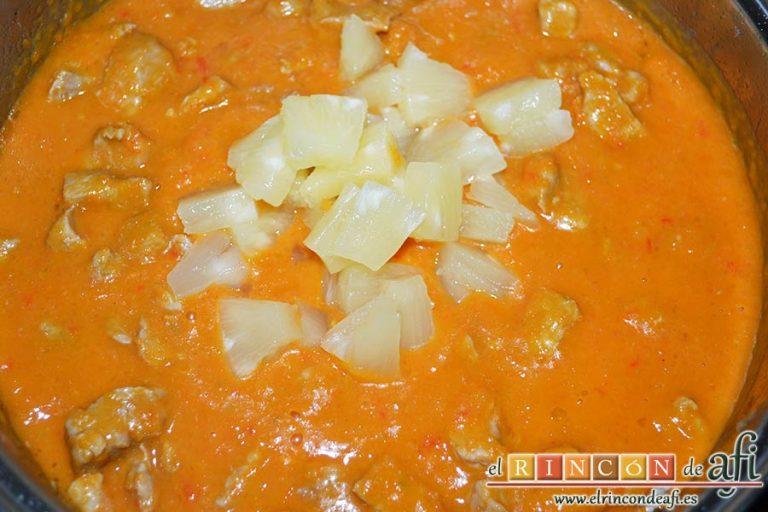 Taquitos de cerdo en salsa agridulce, añadir a la carne junto con los trozos de piña reservados