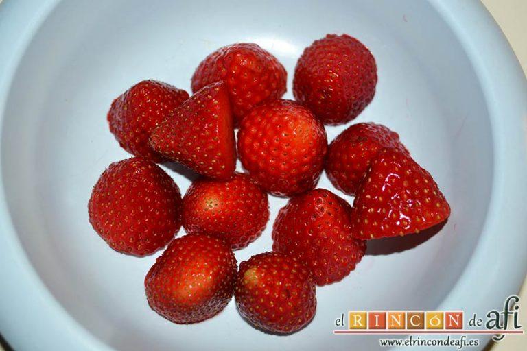 Bombones helados de fresa y yogur, lavar las fresas, retirarles los rabos y la base