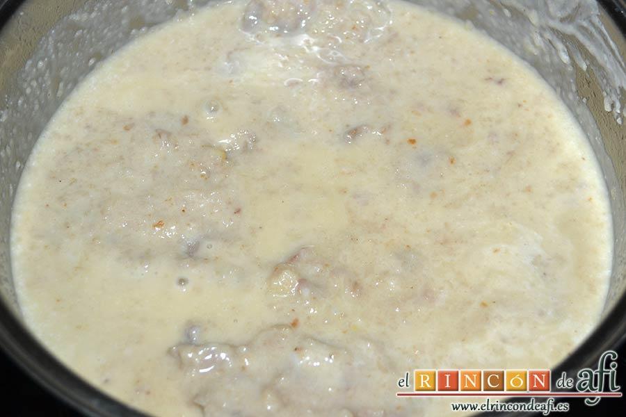 Filetes de ternera al cava, añadir la nata y dejar cocinar 5 minutos más