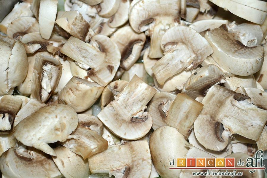 Muslos de pollo deshuesados con salsa de champiñones, limpiar y la minar los champiñones, y añadirlos