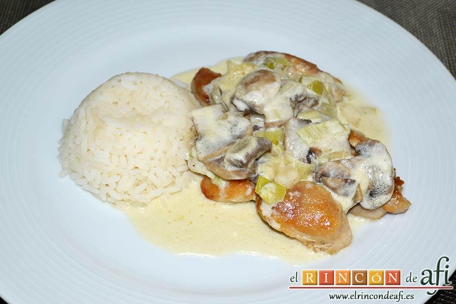 Muslos de pollo deshuesados con salsa de champiñones, sugerencia de presentación