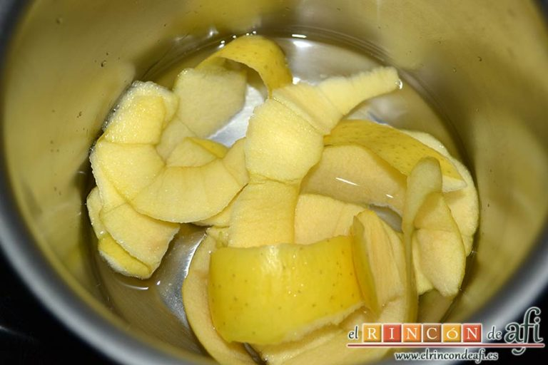 Quiche dulce de peras y mangas, la ponemos en un caldero y la cubrimos de agua