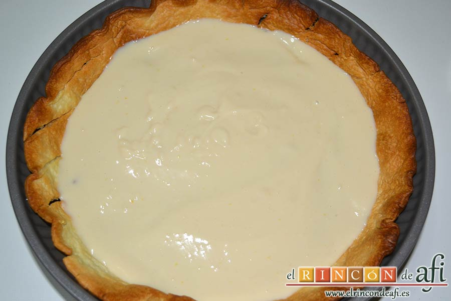 Quiche dulce de peras y mangas, rellenar con crema pastelera