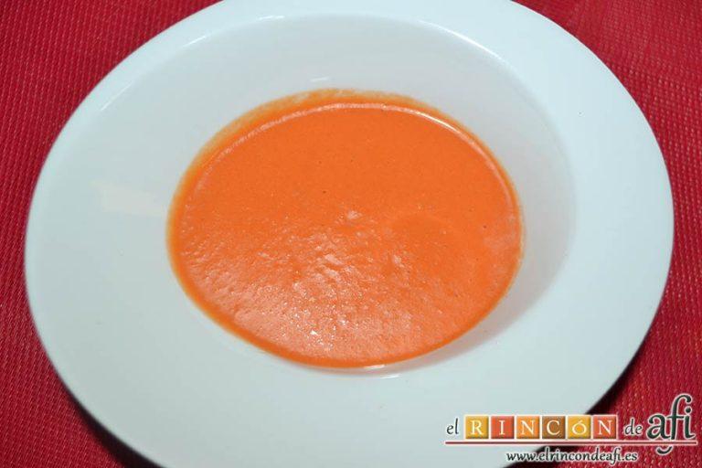 Salmorejo de sandía y tomate, tras refrigerar, emplatar