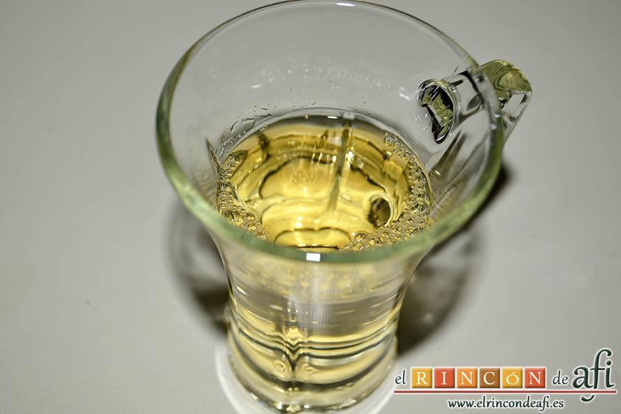 Saltimbocca a la romana, añadir un vaso de vino blanco