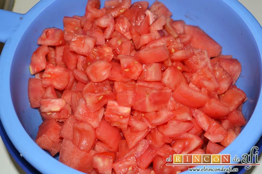 Tartar de tomate, sandía, albahaca y perlas de mozzarella, ponerlos a escurrir