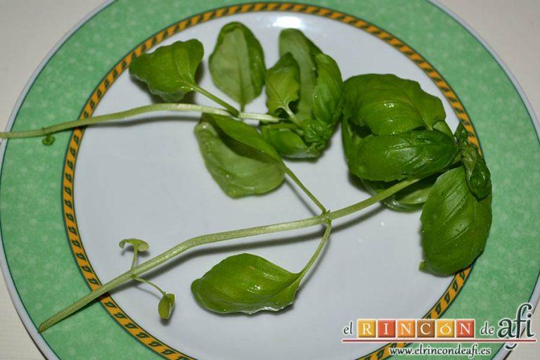Tartar de tomate, sandía, albahaca y perlas de mozzarella, cortar albahaca fresca