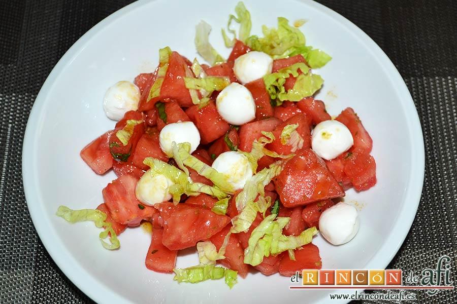 Tartar de tomate, sandía, albahaca y perlas de mozzarella, terminar colocando lechuga picada y aliñando