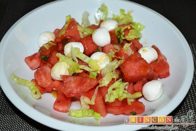 Tartar de tomate, sandía, albahaca y perlas de mozzarella, sugerencia de presentación