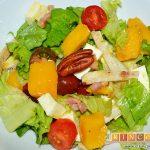 Ensalada con vegetales, pollo, bacon y queso