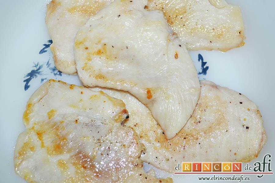 Ensalada con vegetales, pollo, bacon y queso, una vez doraditas, ponerlas a enfriar en un plato
