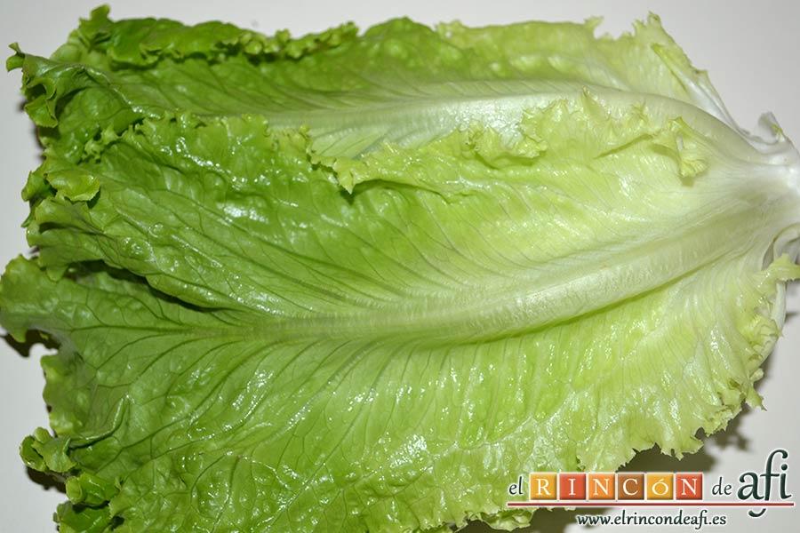 Ensalada con vegetales, pollo, bacon y queso, lavar las hojas de lechuga