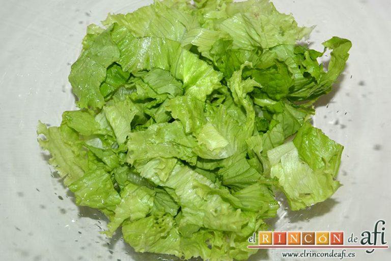 Ensalada con vegetales, pollo, bacon y queso, picarlas y ponerlas en un bol