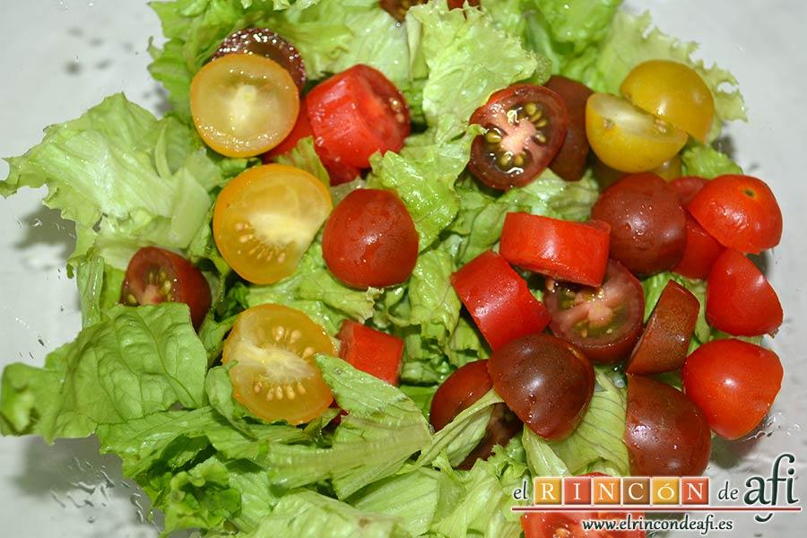 Ensalada con vegetales, pollo, bacon y queso, trocearlos y añadirlos a la lechuga