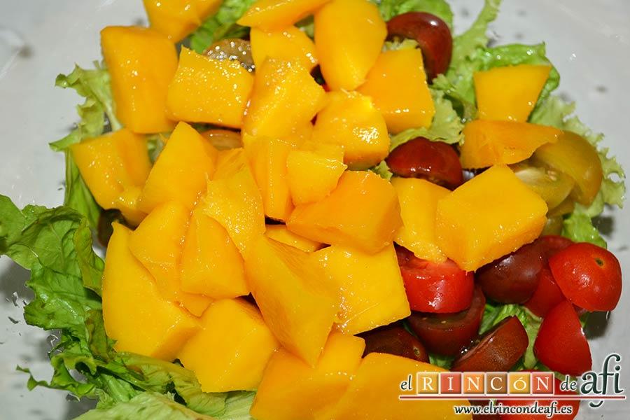 Ensalada con vegetales, pollo, bacon y queso, pelar la manga, cortar en cubitos y añadir al bol