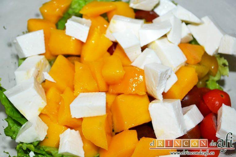 Ensalada con vegetales, pollo, bacon y queso, añadir el queso cortado en cubitos