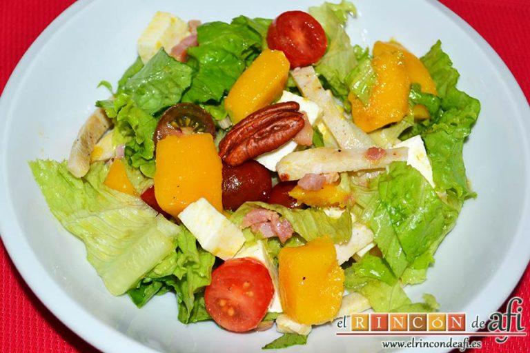 Ensalada con vegetales, pollo, bacon y queso, sugerencia de presentación