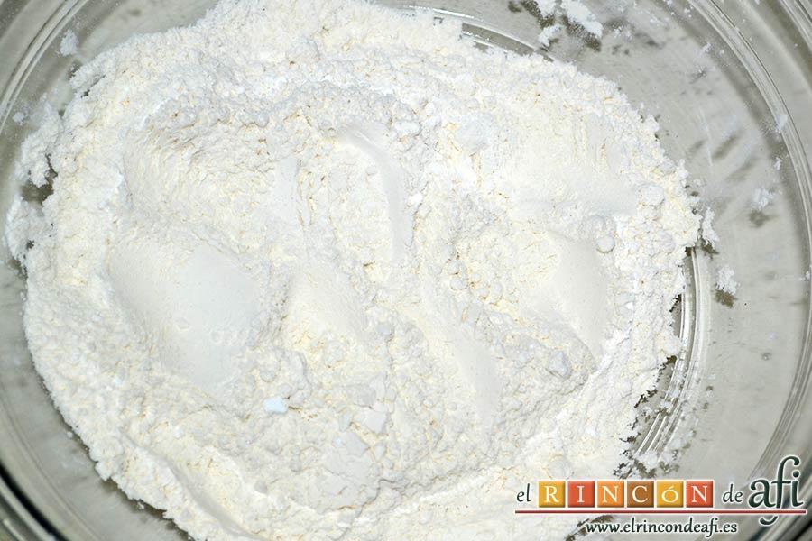 Panecillo del país, ponemos en un bol amplio la harina tamizada, la levadura, el azúcar y la sal y mezclamos con varilla manual
