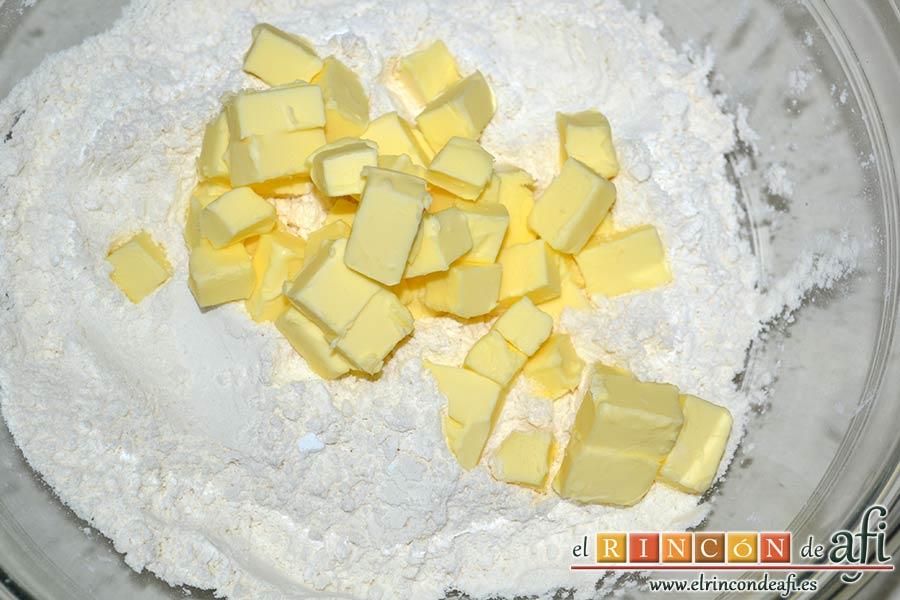 Panecillo del país, añadir la mantequilla a la harina