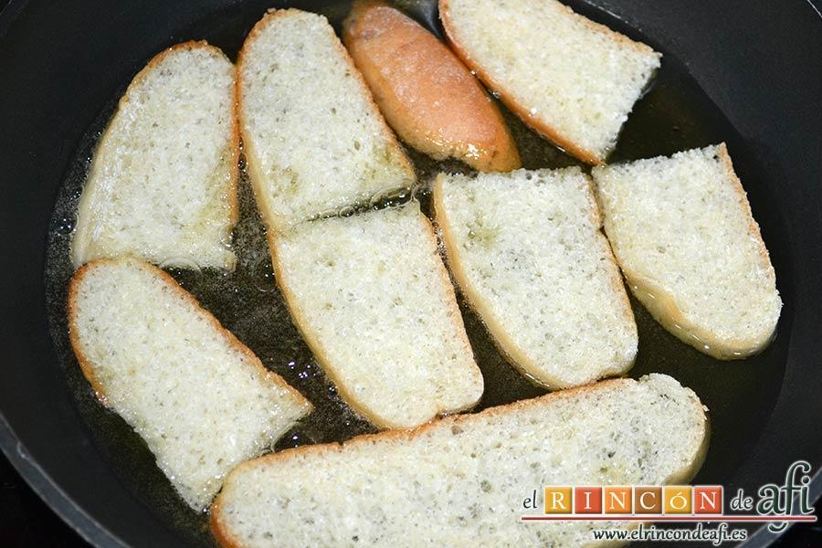Sopa de espárragos verdes, cortar el pan en rebanadas y freírlas en aceite de oliva
