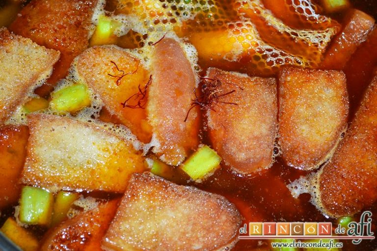 Sopa de espárragos verdes, añadir el caldo de pollo y el azafrán
