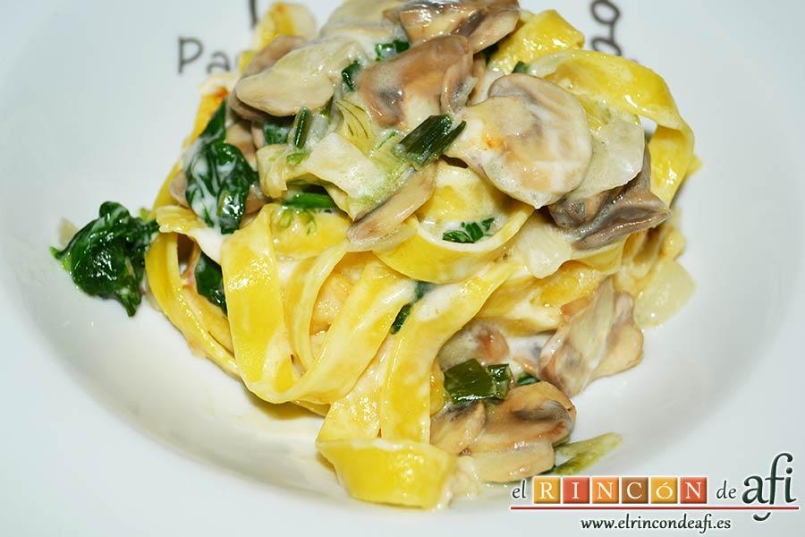 Tagliatelle al huevo con salteado de cebolleta, champiñones y espinacas gratinados