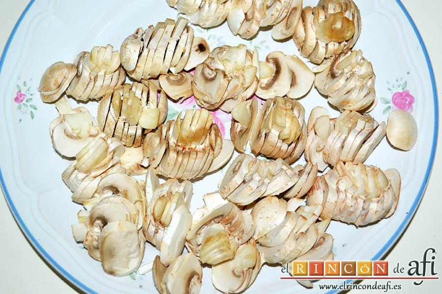 Tagliatelle al huevo con salteado de cebolleta, champiñones y espinacas gratinados, limpiar los champiñones y laminarlos